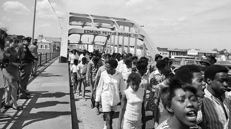 selma-photo-edmund-pettus-bridge-marching