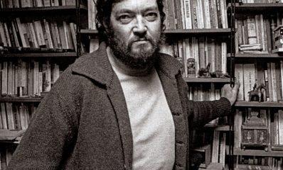 Julio_Cort_zar_em_sua_biblioteca_Paris_1976_